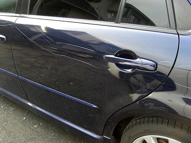 マツダ アテンザ、遊びに出掛けた先の駐車場でイタズラ傷(落書き傷)を付けられてしまいました。