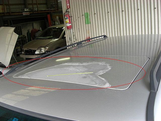 メルセデス・ベンツ、ボンネットは先端部分が凹んでおり、ルーフは経年劣化でクリアー塗膜がはがれてきています
