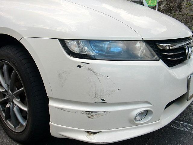 ホンダ オデッセイ 事故による右ヘッドライト、フロントバンパー、フロントエアスポイラにキズ