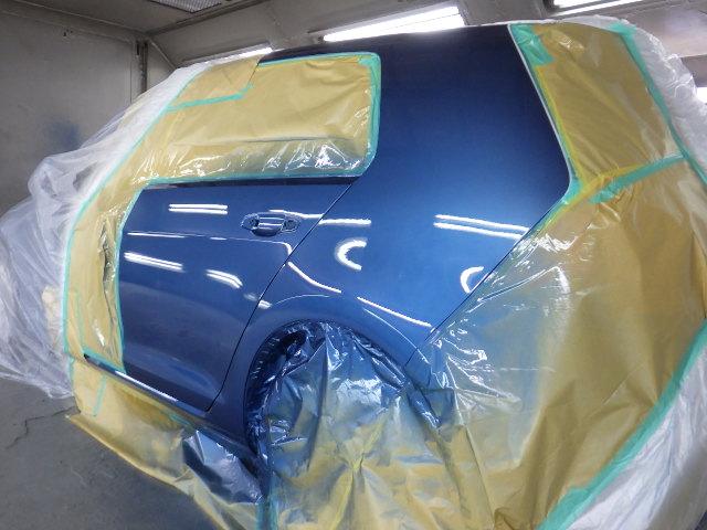 VWゴルフの左リアドアとクオーターを板金塗装しました。